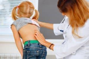 controler le dos de son enfant pour la scoliose